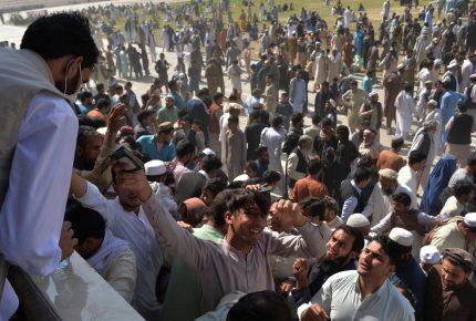 افغانستان کےشہر جلال آباد میں پاکستانی قونصل خانے کے باہر بھگڈرمیں11خواتین سمیت 15 افغانی جاں بحق